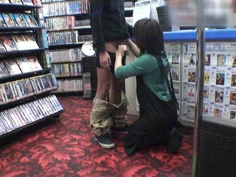 女性だけの遅番があるレンタルビデオ店で隠しカメラに映った衝撃のレイプ映像集 Vol.1 無修正画像02